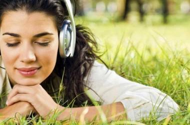 chica-escuchando-musica-para-relajar