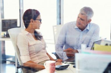 Las relaciones multigeneracionales tienen muchos beneficios en el trabajo.