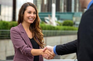 Tres beneficios de un buen apretón de manos