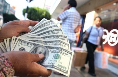Dólar a la baja: ¿Qué hacer con tu dinero?