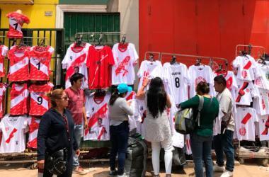 Al menos 30,000 camisetas se venden a diario en el emporio comercial de Gamarra. (Fotos: PQS)