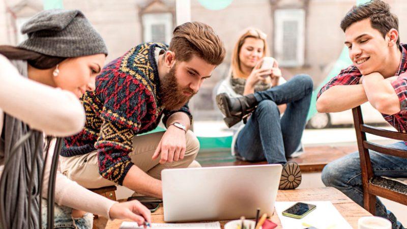 Debido a que crecieron usando internet y las computadoras, saben aprovechar este recurso. (Foto: The Odyssey Online)