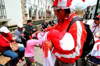 Polos, banderas, cuadernos, álbumes y otros objetos serán ofertados con motivo de la clasificación de Perú al mundial. (Foto: Andina)