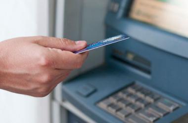 No comentes a ningún desconocido que vas a retirar dinero del cajero. (Foto: Freepik)