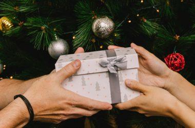 En la Navidad, muchas familias y compañeros de oficina juegan al amigo secreto. (Foto: Freepik)