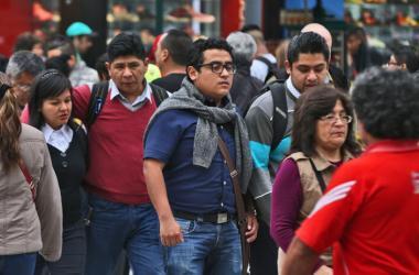 En promedio, una pareja casada en la que solo trabaja uno de los cónyuges, gana un salario promedio y tienen dos hijos, paga 14% del salario bruto en impuestos. (Foto: Andina)