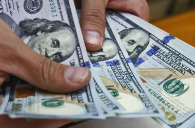 Lo ideal es evitar tener deudas en dólares si no tienes ingresos en esta moneda. (Foto: Andina)