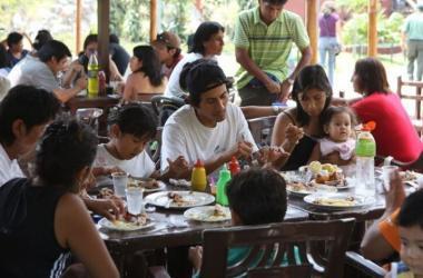 Según el INEI, los negocios en restaurantes fueron impulsados por el turismo generado por el feriado de agosto.