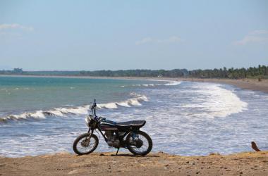 Para que la moto no presente desgastes prematuros e inconvenientes durante tu trayecto a la playa, antes de salir a tu destino revisa los niveles de aceite.