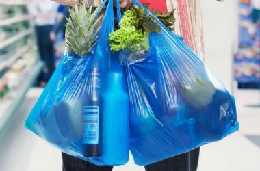 En un plazo de 36 meses se debe reemplazar de forma progresiva la entrega de bolsas de plástico no reutilizables por otras reutilizables y/o biodegradables. Foto: Internet