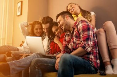 Centennials incrementaron en 70 % las compras en comercio electrónico