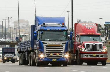 Transportistas se comprometen a levantar paro tras acuerdo con el Gobierno