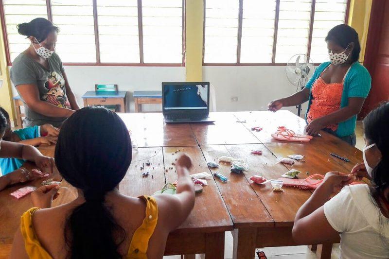 Loreto: Madres nativas salen adelante con venta de sandalias y cosecha de yuca