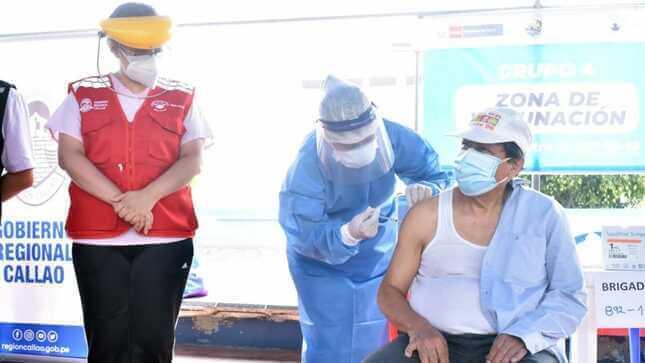 Planean vacunar a 718,000 adultos mayores de 80 años en todo el Perú