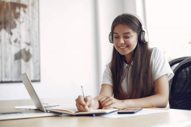 Demanda de jóvenes peruanos por estudiar en el extranjero aumentó en 15% por Covid-19