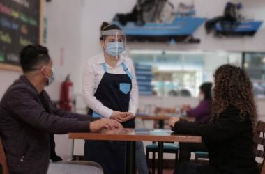 Estiman que ventas en restaurantes crecerían 30% por reducción del toque de queda