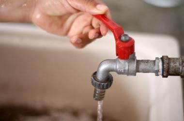 Hermanos crean filtro para agua de bajo costo y con materiales sostenibles