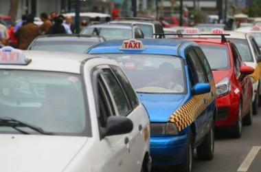 ¿Tomarás taxi? Cómo verificar si el servicio que usarás está autorizado