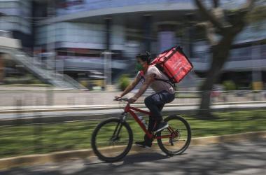 Buscan que aplicativos de delivery reconozcan derechos laborales a repartidores
