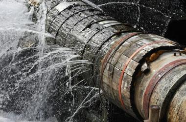 El 70 % del agua bombeada a las ciudades se pierde por fugas en tuberías