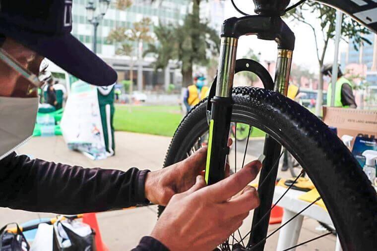 ¿Manejas bicicleta? Desde el 3 de setiembre multarán con S/ 176 a ciclistas que no usen cintas reflectivas