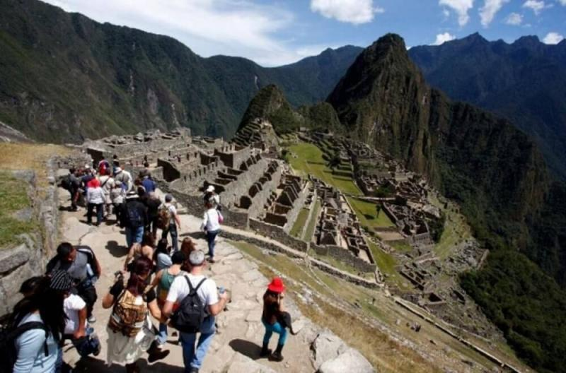 Empleo en sector turismo crecería 25% en 2021 por viajes internos