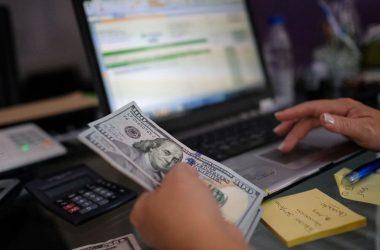 Cinco de cada 10 cambios de dólares se realizaron por el canal online