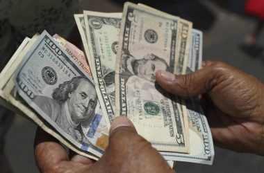 Precio del dólar registra ligera caída tras alcanzar máximo histórico el lunes